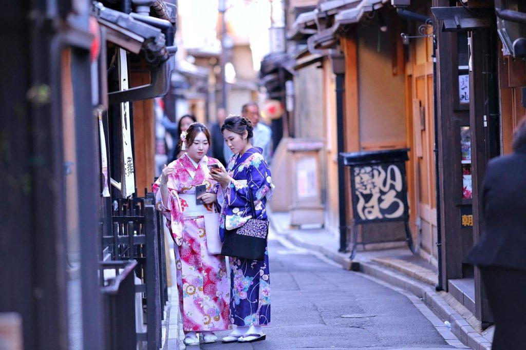 девушки в кимоно